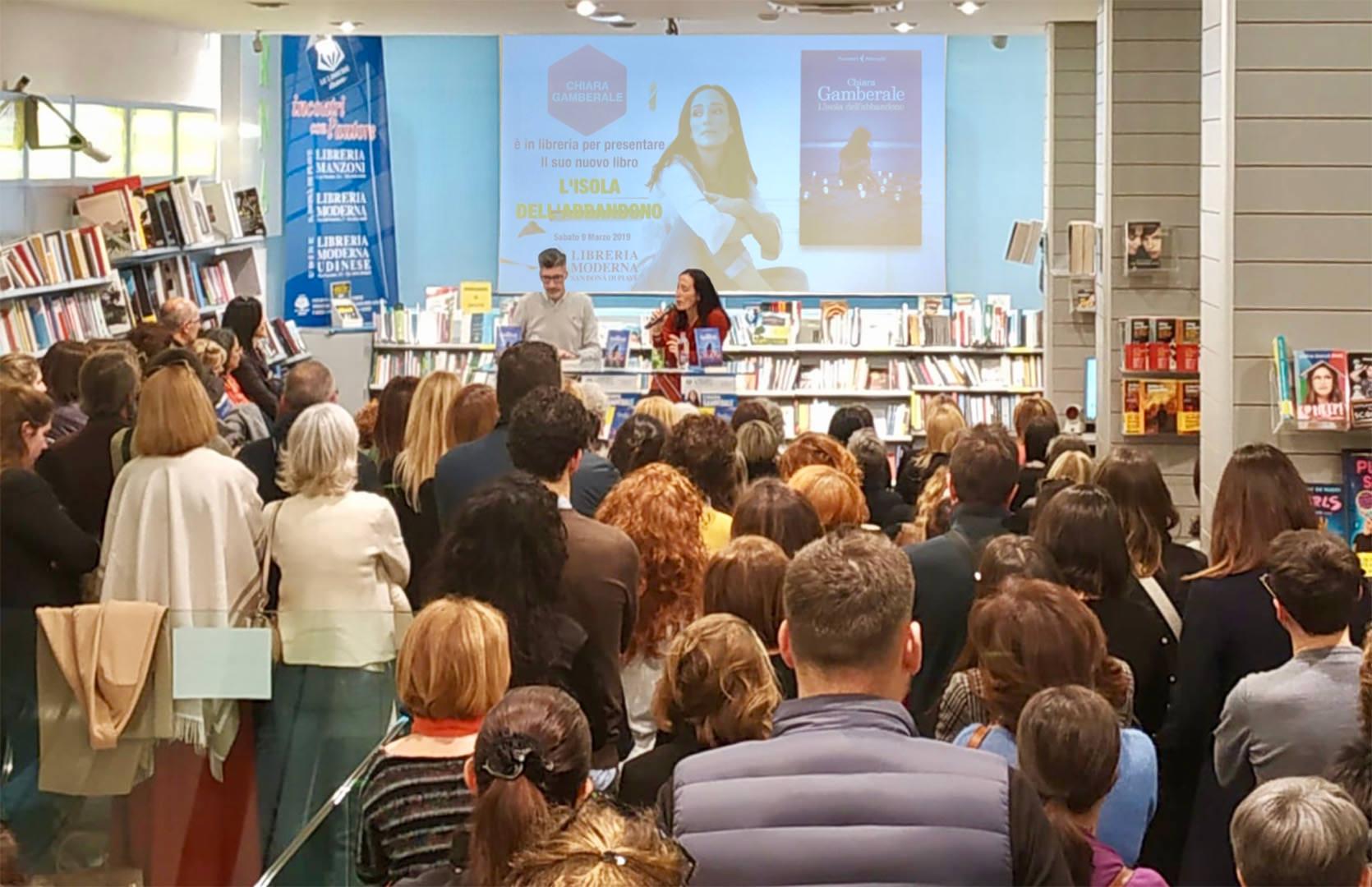 Chiara Gamberale incanta i lettori della libreria moderna a san donà